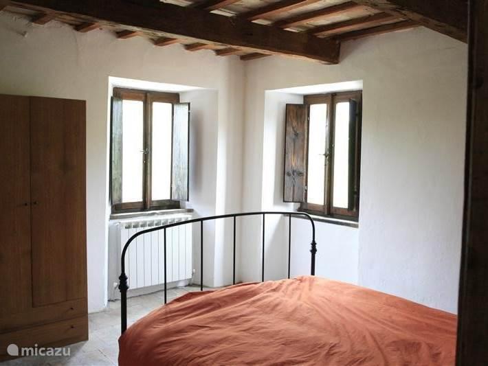 Een slaapkamer met zicht op de zomer.