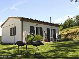Casa Capanna met twee dubbele openslaande dueren met toegang tot de tuin.