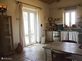 Goed en kompleet uitgeruste open keuken met toegang tot het terras en tuin.
