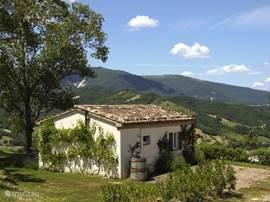 Casa Capanna met het uitzicht op de Sibillli Bergen.