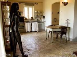 Keuken met toegang naar de slaapkamer en de 'iron lady'