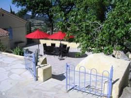 Het BBQ-terras ligt opzij van het huis. Prettige schaduwplek in de avond en vroege zon in het voorjaar. Het zicht op de vallei en de baai van La Ciotat verandert van dag tot dag, van seizoen tot seizoen. Dit terras is ongeveer 140m2 groot.