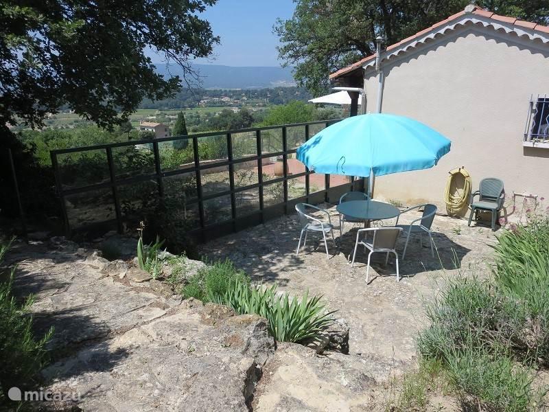 Dit terras noemen we het 'Hofje', omdat onze grootouders zich hier in de Hof van Eden waanden. Uit de wind, in de zon. Geen mistral die je iets doet en al vroeg in het voorjaar dé plek voor een zonnebad.