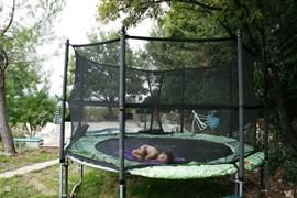 Draai 180graden om en u kijkt naar het zwembadterras achter het huis. We hebben in 2013 gras ingezaaid rond de trampoline.