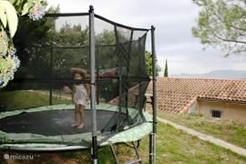 Dit is de trampoline voor de kinderen.  Het is een Berg trampoline van 3,5 meter met een trapje, een beschermingsnet en een afdekzeil. (gras is op de foto net ingezaaid)