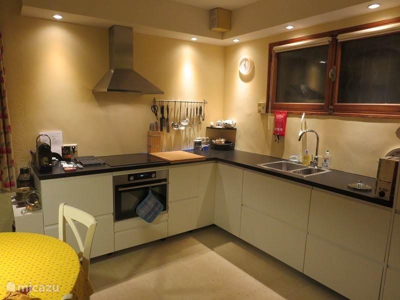 De nieuwe keuken is van alle gemakken voorzien zoals vaatwasser, combi-magnetron-oven, inductiekookplaat, extra koelkast (er is een 2e koelkast in de gang), etc.