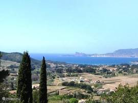 This photo and the next one together form the panoramic view from the terrace of Sinnwille overlooking the bay of La Ciotat (Mediterranean) and a valley with vineyards and olive trees