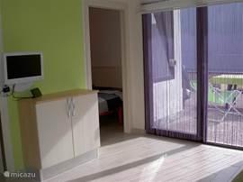 De woonkamer heeft een schuifpui naar het terras, waar u een schitterend uitzicht over het Idromeer heeft. De flatscreen televisie ontvangt alleen italiaanse zenders.