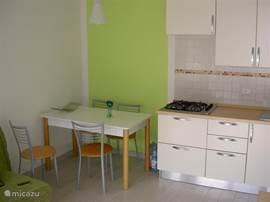 De keuken met eettafel en 4 stoelen.