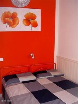 De slaapkamer met 2 één-persoonsbedden met comfortabel twee-persoons matras.