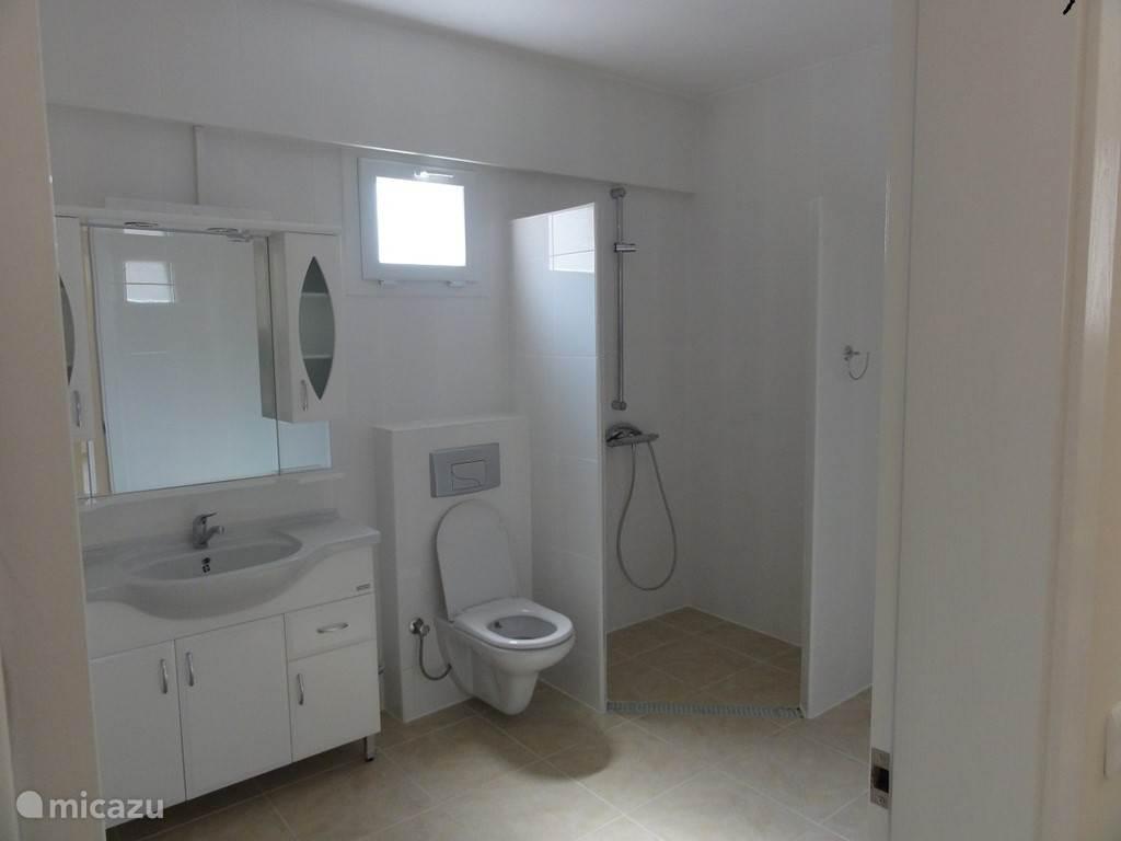 Een van de 2  badkamers boven op de 1ste verdieping