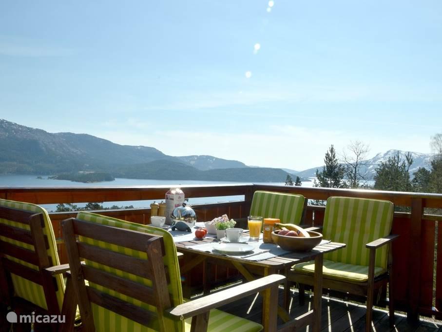 Ontbijten op het zonnige terras, met prachtig uitzicht over de omgeving
