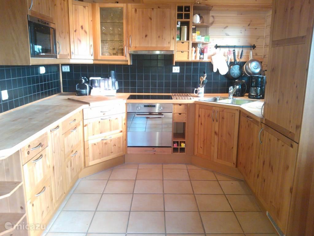 De open keuken is van alle gemakken voorzien!