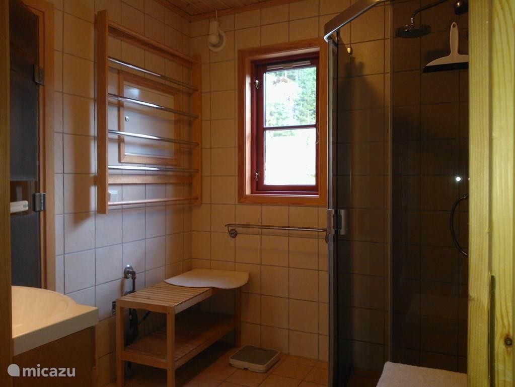 2 badkamers, aan weerszijde van de sauna (links)