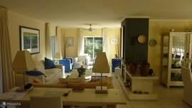 de zeer ruime woonkamer met comfortabele banken/fauteuils