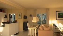Lees/werktafel in de woonkamer met daar achter de nieuwe keuken