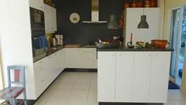 Onze mooie nieuwe, ruime, complete keuken met alle apparatuur die je kunt wensen. Zelfs in je vakantie sta je nog met plezier in de keuken.