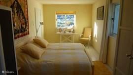 De ruime gele slaapkamer met springbox bedden