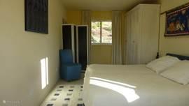Blauwe slaapkamer idem als gele met tafel, stoelen, 2 kasten en wastafel.
