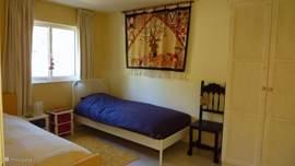 De kleine slaapkamer, maar toch nog ruim genoeg en gezellig.