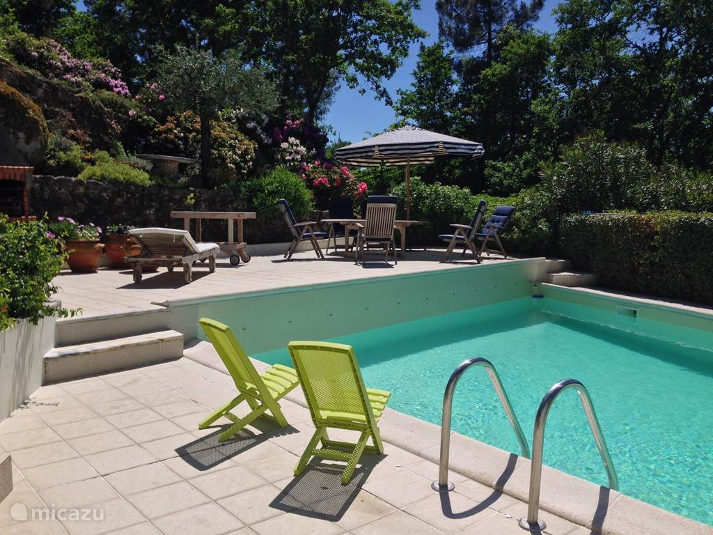 terrassen rondom het zwembad. Een goed buitenleven in volledige privacy.