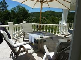 Hoek terras boven waar het heel goed toeven is met een kopje koffie/wijntje, genietend van het mooie uitzicht