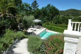 Trap vanaf terras naar het zwembad