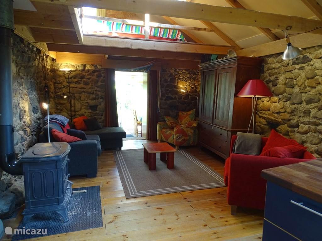 Ruime woonkamer met aangebouwde serre. Split level met extra slaapruimte