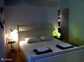 De ouderslaapkamer met en suite badkamer. Net als alle slaapkamers heeft ook deze een eigen deur naar het terras