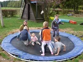 De kinderen kunnen zich prima vermaken in de speeltuin met klimtoestel, glijbaan, 2 schommels en 2 trampolines