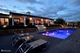 Villa sfeervol aangelicht in de avond.