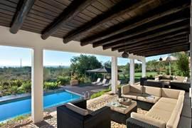 Op de veranda kunt u genieten van een ontbijt in de ochtendzon met adembenemend uitzicht op de omgeving en de zee in de verte.