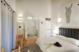 Alle slaapkamers hebben een badkamer en suit en door de openslaande deuren stapt u zo de tuin in.