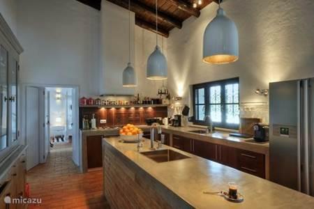 Stadswoning casa xonar in silves algarve portugal huren - Rode keuken met centraal eiland ...