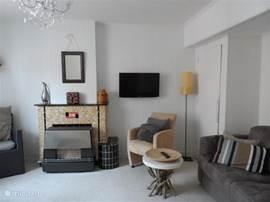 woonkamer met flatscreen tv en tweepersoons-slaapbank