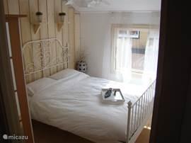 Master-bedroom met comfortabel tweepersoons ledikant en kledingkast