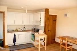 De andere hoek van de woonkamer, de keuken.