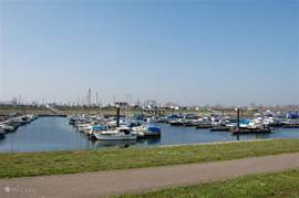 Jachthaven met in de zomer mogelijkheid tot bootverhuur direct aan de Maas