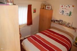 Twee persoons slaapkamer met ruime kledingkast