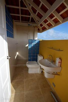 2nd bathroom with sea view