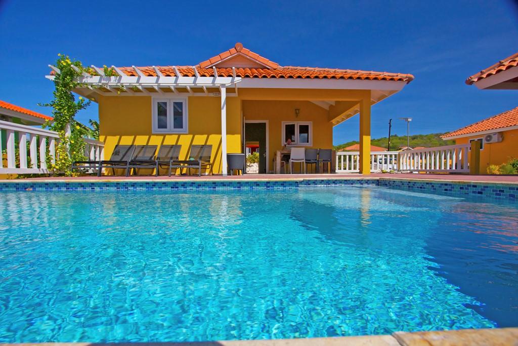 Last minute beschikbaarheid in de periode van 11-26 december op Curaçao. Vanwege annulering NU beschikbaar. Mooie woning met zwembad en dicht bij zee.
