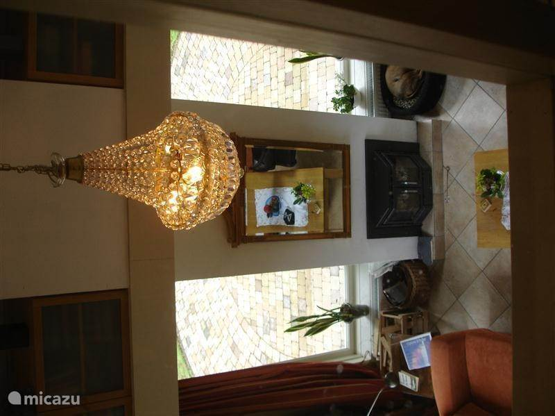 ruime woon- en leefkamer met inzet haard (en gratis hout)