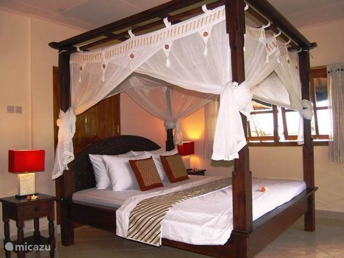 Very spacious master bedroom with large double-bed with beautiful carvings and mosquito net and air conditioned. Equipped with a large en-suitebadkmaer, walk-in dressing room and patio doors to the terrace. From the various windows you can enjoy the views.