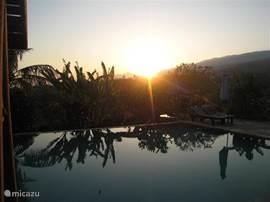 Bij het zwembad kun je vroeg in de ochtend heerlijk genieten van de zonsopgang.