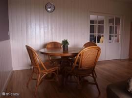 Woonkamer met hoge tafel.