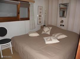 slaapkamer met twee goede, aaneengeschoven eenpersoonsbedden, radiootje en kastruimte. Voor eventuele kou liggen extra dekens klaar en bij warmte een goede ventilator.