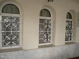 Aan Uw veiligheid is gedacht - er is het ijzerwerk op de ramen beneden en in de grote slaapkamer geplaatst