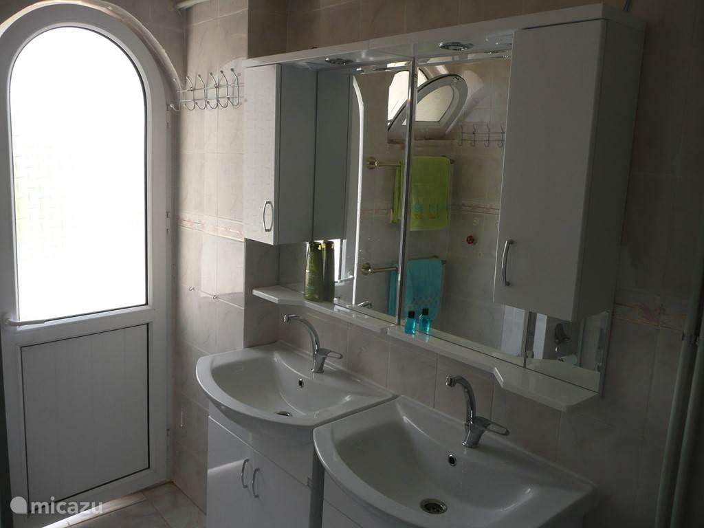 De 2de badkamer boven met twee wastafels en wandkasten met verlichting en stopcontacten