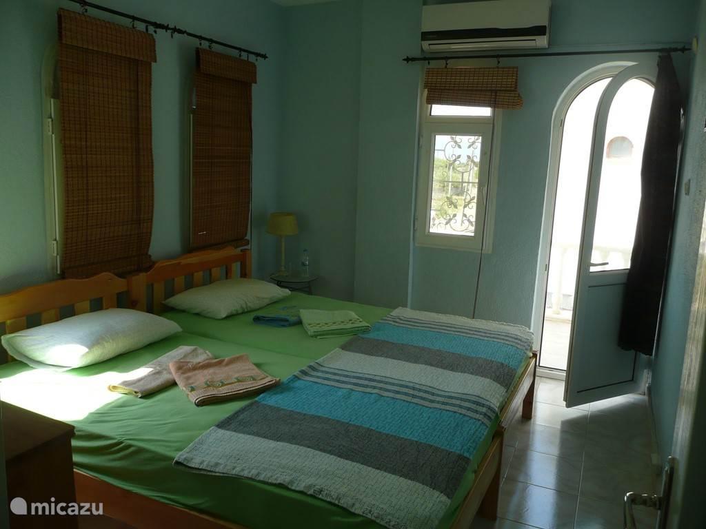 De grote slaapkamer beschikt over balkon met de zeezicht