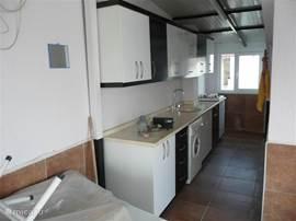 De 2de keuken op het dak- daar is een wasautomaat, gasfornuis, wastafel, koffiezetapparaat e.a.